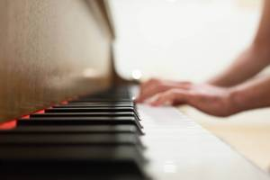 a student learning during their piano lessons in Miami