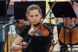 student taking violin classes in Miami